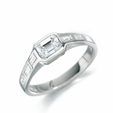 18ct White Gold Diamond Shoulder Stone Ring 1P21A